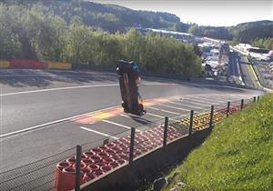فيديو يوثق لحظة طيران سيارة فوق إحدى حلبات السباقات