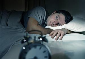 تشعر بالاكتئاب ليلاً قبل النوم وكثرة الأفكار السلبية..إليك السبب