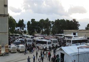 وصول قافلة تقل نحو 400 طفل وامرأة من مخيم اليرموك إلى إدلب شمالي سوريا