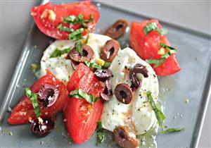 جبن الماعز بالطماطم والزيتون.. طبق غني بالكالسيوم لسحورك