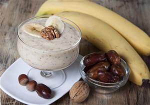 التمر مع الموز واللبن.. عصير مفيد ولذيذ لإفطارك