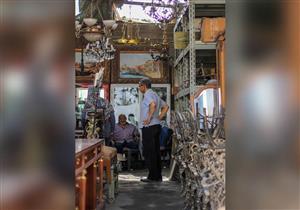 """30 عامًا من """"اللّف"""" في الأسواق.. أحمد خليل """"غاوي شرا القديم"""""""