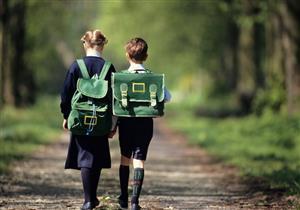 لماذا ينصح الخبراء بتوصيل طفلك إلى المدرسة سيرا على الأقدام وليس بالسيارة؟