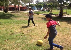 """بالصور- مباراة تجريبية قبل كأس العالم.. العيد للفسحة و""""لعب الكرة"""""""