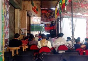 """بالفيديو- رواد مقهى في السيدة زينب يشاهدون مباراة مصر """"بالإنجليزي"""""""