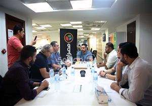 """بالفيديو ..المخرج رؤوف عبد العزيز يجيب علي سؤال ..من هو رئيس النادي المقصود في """"فوق السحاب"""" ؟"""