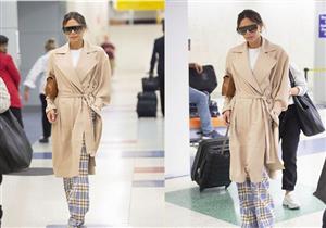 """فيكتوريا بيكهام تتألق بأحدث إصدارات الموضة بمطار """"JFK"""" – (صور)"""