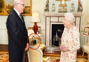 ماذا تعني الإشارة السرية للملكة إليزابيث بترك حقبيتها على الكرسي؟