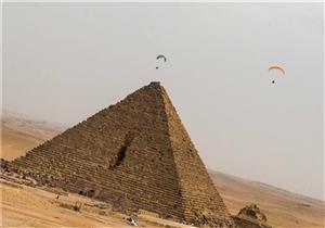 """لتنشيط السياحة.. 19 دولة تشارك في أول مهرجان للقفز بالمظلات فوق """"الأهرامات"""""""