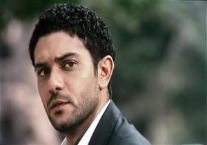 """بالفيديو- آسر ياسين يقدم واجب العزاء في والد المطرب """"أبو"""""""