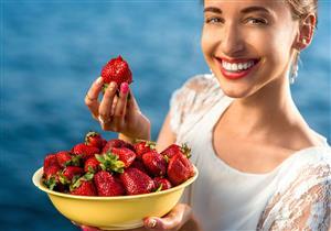 أطعمة ومشروبات تغير لون الأسنان.. كيف تقلل تأثيرها؟