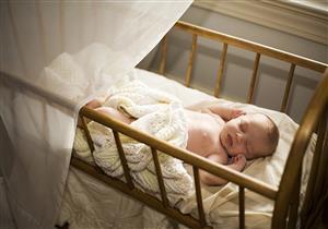 كيف تتصرفين عند سقوط طفلك من سريره؟