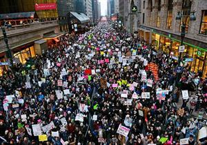 آلاف المتظاهرين ينظمون مسيرة عبر جسر بروكلين بنيويورك ضد العنف المسلح