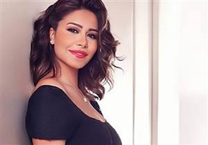 بالصور.. شيرين عبد الوهاب تلتقط صور مع معجباتها بملابس الإحرام