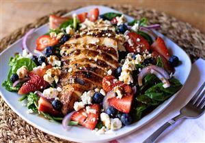 دجاج مشوي مع الفواكه.. يحمي جسمك من الأمراض