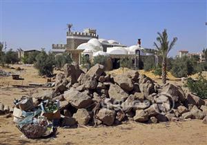 بالصور- في قلب الشيخ زايد.. بيت كامل من المخلفات