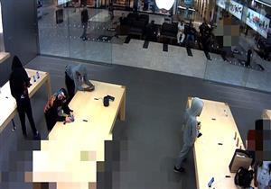 في دقيقتين فقط.. لصوص يسرقون 21 هاتف آيفون من متجر أبل بنيويورك