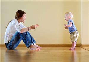أسباب تمنعك من إجبار أطفالك على ارتداء حذاء منزلي