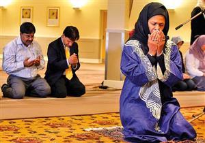كيف تؤم المرأة النساء في الصلاة؟