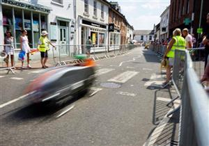 بريطانيا تشهد سباق سيارات فريد من نوعه.. يعتمد على قدرة تحمل الأقدام