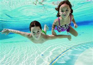 هكذا تتجنب أضرار مياه البحر وحمام السباحة على بشرة طفلك
