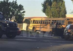 بالصور.. ترافيس باركر يصطدم أتوبيسًا مدرسيًا بسيارته