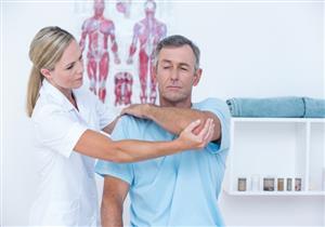 العلاج الطبيعي ضروري للتخلص من تيبس الكتف.. كيف يتم؟