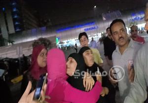 أبناء الحاجة سعدية يستقبلونها بالدموع في مطار القاهرة -صور وفيديو