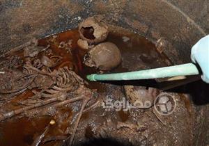 جماجم محاربين غارقة في سائل أحمر.. ننشر أول صور التقطت داخل تابوت الإسكندرية