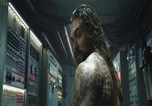 """بالفيديو والصور..جيسون موموا يتواصل مع أسماك القرش بالإعلان الدعائي الأول لفيلم """"Aquaman"""""""