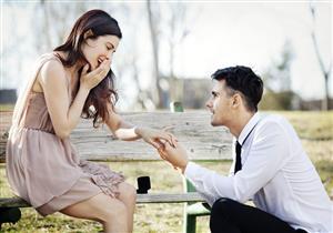 من هنا جاءت فكرة أن يركع الرجل على ركبته لطلب الزواج من حبيبته