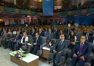 السيسي يلتقط صورًا تذكارية مع المشاركين بالمؤتمر السادس للشباب - فيديو