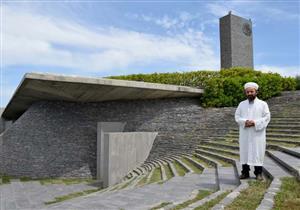 """بالصور والفيديو: """"المسجد الكهف"""".. آية قرآنية ألهمت مصمّم أول مسجد صديق للبيئة"""