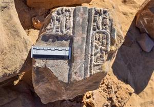 العثور على حجر أثري روماني أثناء حفر صرف صحي في سوهاج