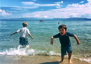 طفلك يخشى السباحة في البحر؟.. إليك السبب والعلاج