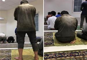 """شاب يصلي في المسجد بملابس العمل يثير الجدل على """"فيسبوك"""""""