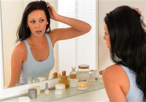 الوقوف طويلًا أمام المرآة علامة لاضطراب عقلي.. مضاعفاته خطيرة