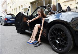 """ما مخاطر قيادة السيارات بالأحذية الخفيفة؟ """"خبراء يوضحون"""""""