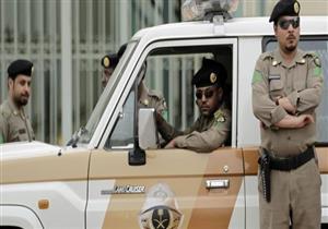 بالفيديو .. رجل شرطة سعودي يقدم حذاءه لحاجة مسنة