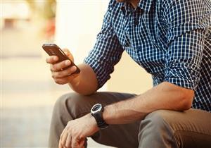 هاتفك يؤذي عظامك.. هكذا تقلل الأضرار