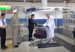 """بالصور- علماء """"الأزهر العالمي للفتوى"""" يقدمون التوعية للحجاج بمطار القاهرة"""