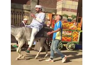 """بالفيديو - محمد رجب يمتطي حمارًا في كواليس """"بيكيا"""""""