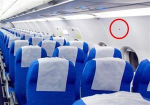 سبب وجود الملصقات السوداء مثلثة الشكل داخل الطائرات