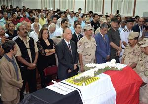 محافظ القاهرة يتقدم جنازة عسكرية لأحد شهداء القوات المسلحة بسيناء