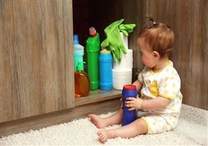 مضاعفات خطيرة لابتلاع الطفل مواد التنظيف.. توجه للطبيب