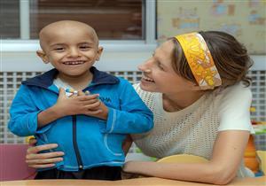 صور- عقيلة الرئيس السوري تعايد الأطفال المصابين بالسرطان