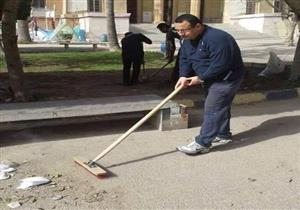 """صورة لمحافظ الإسكندرية الجديد ينظف كلية الهندسة بـ""""المقشة"""""""
