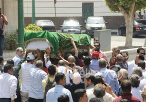 """العشرات يؤدون صلاة الجنازة على حسين عبدالرازق بـ""""عمر مكرم"""""""