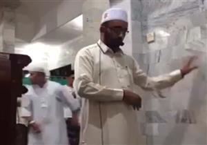 بالفيديو.. مصلون يفرون من مسجد لحظة زلزال بإندونيسيا والإمام يصلي خاشعاً