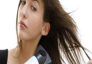 عدم تجفيف الشعر بعد الاستحمام يسبب هذه الأضرار